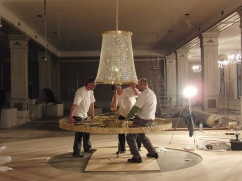 Installation of a large ceiling lamp - Artcrystal.cz